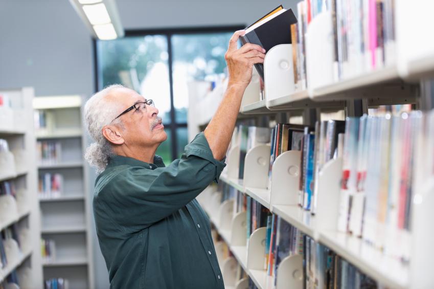 Mann in der Bibliothek Kunst Forschung