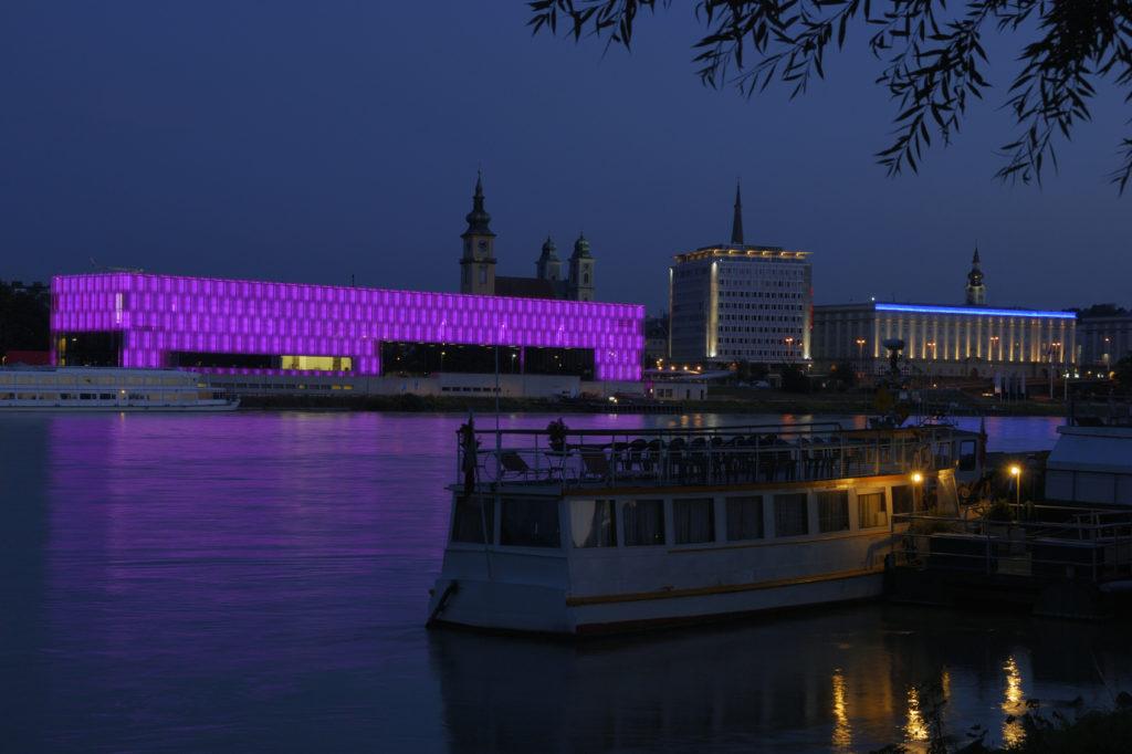 Das Lentos Kunstmuseum Linz bei Nacht